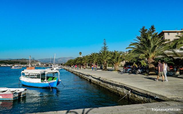 Calçadão à beira-mar em Nafplio, Grécia