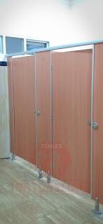 Toilet Cubicle Phenolic Motif Kayu di Tol Kejapanan