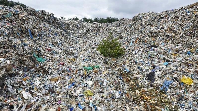 Longgokan sampah plastik