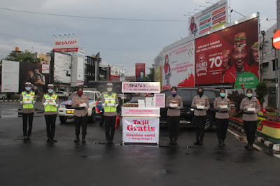 Polwan dan Bhayangkari Polresta Bandar Lampung Bagikan Takjil di Tugu Adipura