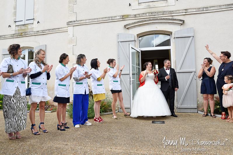 sortie des mariés devant la mairie