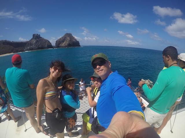 passeio de barco em Fernando de Noronha, vista para o Dois Irmãos