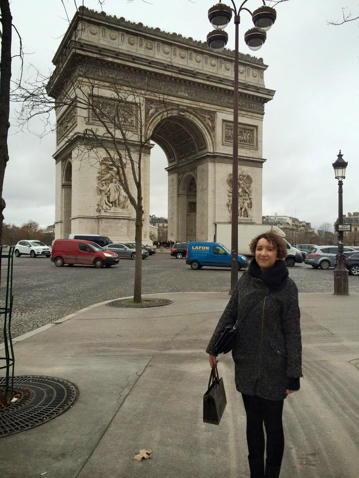 lifestyle blogger outside arc de triomphe