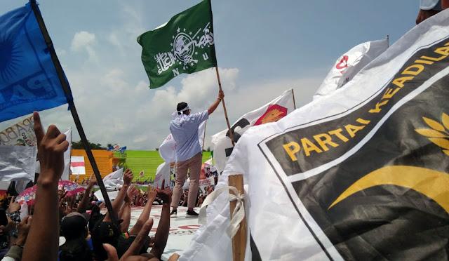 Pengibaran bendera NU di kampanye Sandiaga Uno