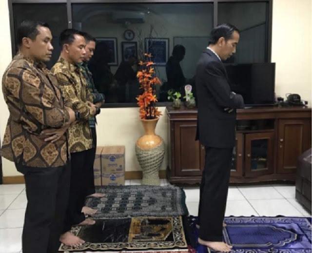 PRESIDEN Jokowi Dodo sempatkan waktu untuk melakukan salat maghrib di sebuah pos polisi Jalan Tol Jagorawi di sekitar Cibubur, Jakarta kemarin.