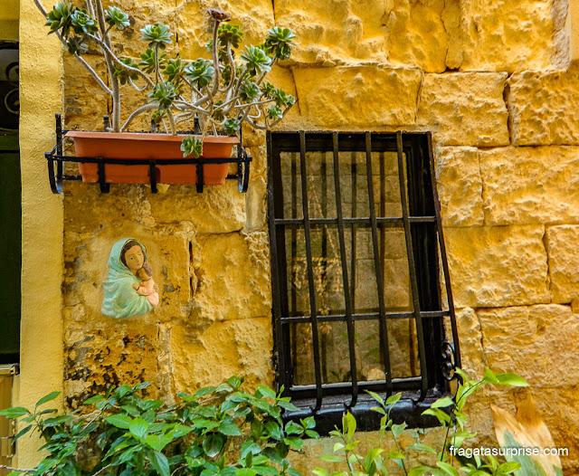 Fachada histórica em Birgù, Malta