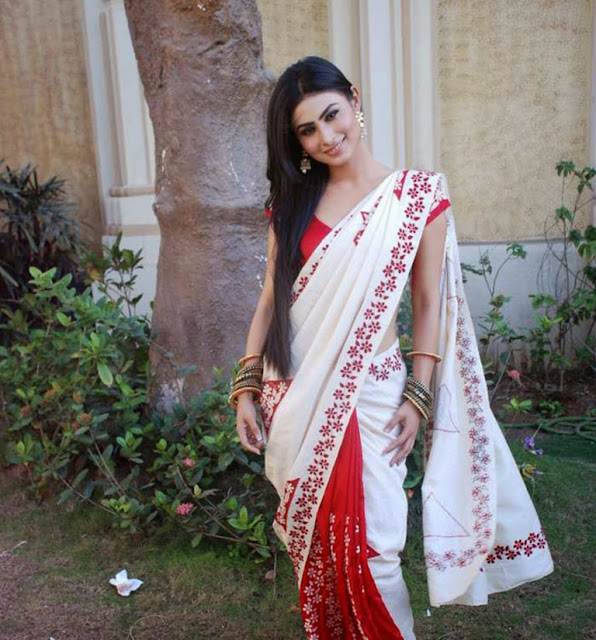 mouni-roy-in-white-red-saree