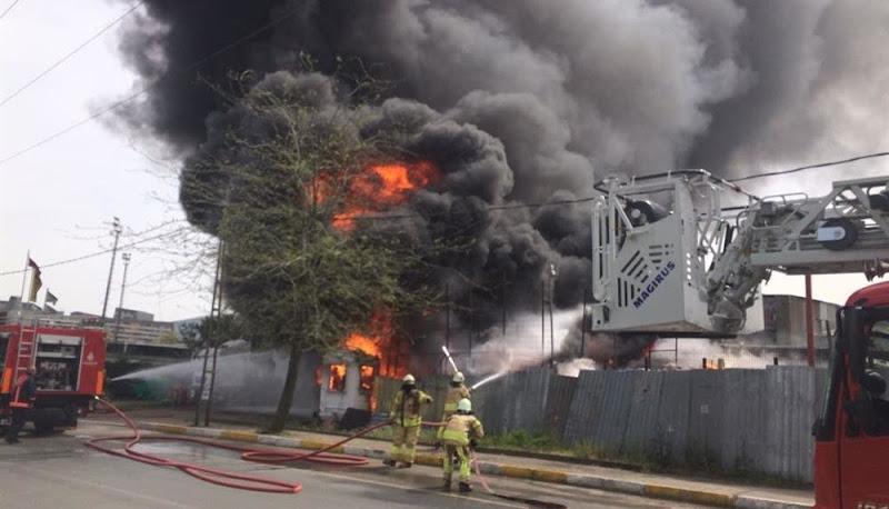 Plastik deposunda çıkan yangın güçlükle söndürüldü