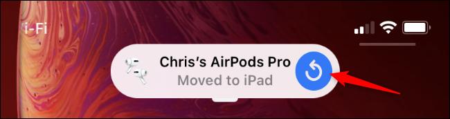 إشعار iPhone يفيد بأن AirPods انتقلت إلى جهاز iPad.