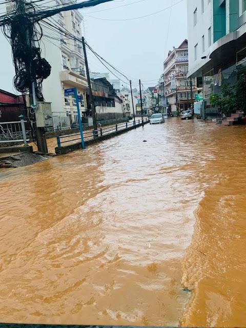 Clip Đà Lạt lũ lụt hóa sông, nước chảy cuồn cuộn sau trận mưa lớn như trút nước