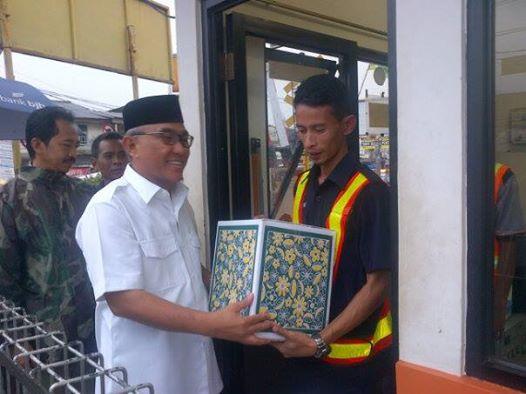 Walikota Berikan Bingkisan Penjaga Pintu Perlintasan Kereta