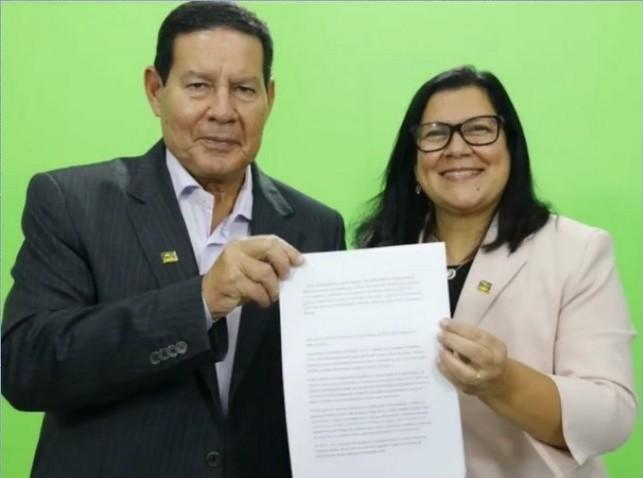 Coordenadora da Comissão da Federalização dos Agentes de Saúde entrega carta denúncia ao vice-presidente do Brasil