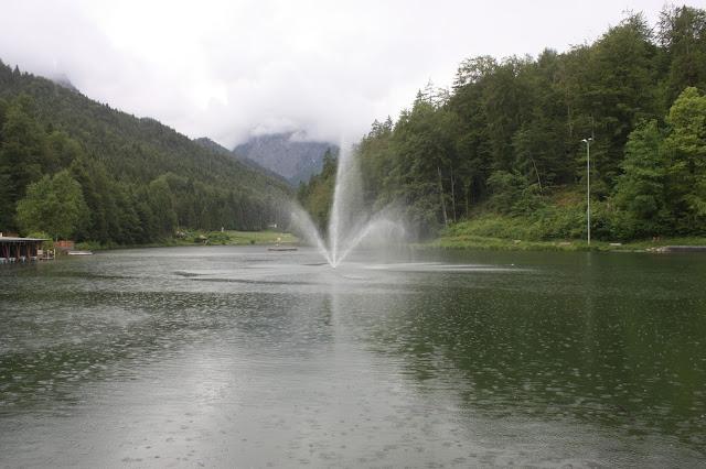 Regenhochzeit am See - rainy lake-side wedding - wedding reception - #wedding #fuchsia #wedding venue abroad #Riessersee #Garmisch #Bavaria
