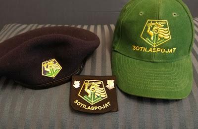 Nykyisin käytössä olevat Sotilaspoikakillan lakit ja merkki.
