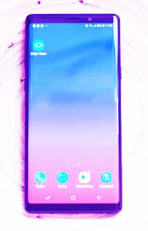 يعتمد Samsung Galaxy Note 9 على العرض القوي للكاميرا لجهاز Galaxy S9 Plus ، مع عدد من التحسينات الصغيرة التي تجعله أفضل.    والنتيجة هي سماعة مريحة للتصوير في أي سيناريو ، بما في ذلك الإضاءة المنخفضة ، لبعض اللقطات المثيرة للإعجاب حقًا.    تحدد كاميرا Samsung Galaxy Note 9 الموضوعات المختلفة وتتكيف معها من خلال ميزة جديدة لتحسين المشهد. يقوم بضبط توازن اللون الأبيض واللون بناءً على 20 موضوعًا متنوعًا مثل غروب الشمس والزهور والطعام والطيور والنص وما إلى ذلك.  نظرًا لأن هذا الجهاز ملاحظة ، فستحصل على قلم S Pen من Samsung مع السماعة ، ويمكنك استخدام الزر الموجود في هذا كمفتاح مصراع بعيد.