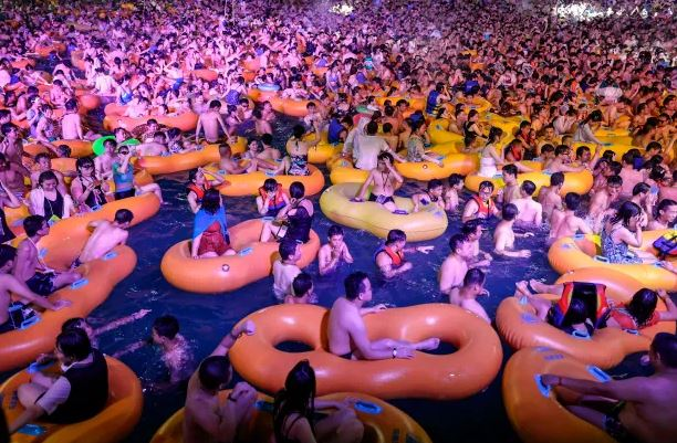 Thousands flock in Wuhan pool party