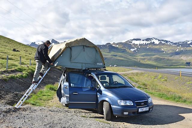 Samochód z namiotem na dachu