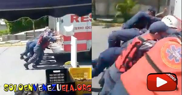 Vehículo de Rescate de los Bomberos de Trujillo se quedó sin gasolina y fue empujado