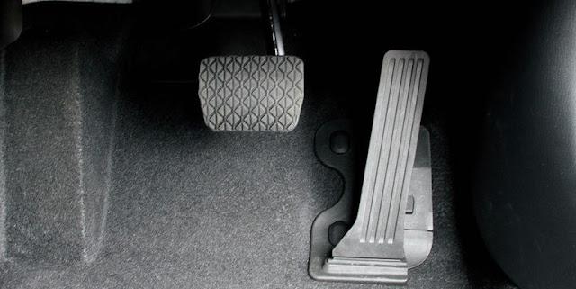 車の運転席のペダル