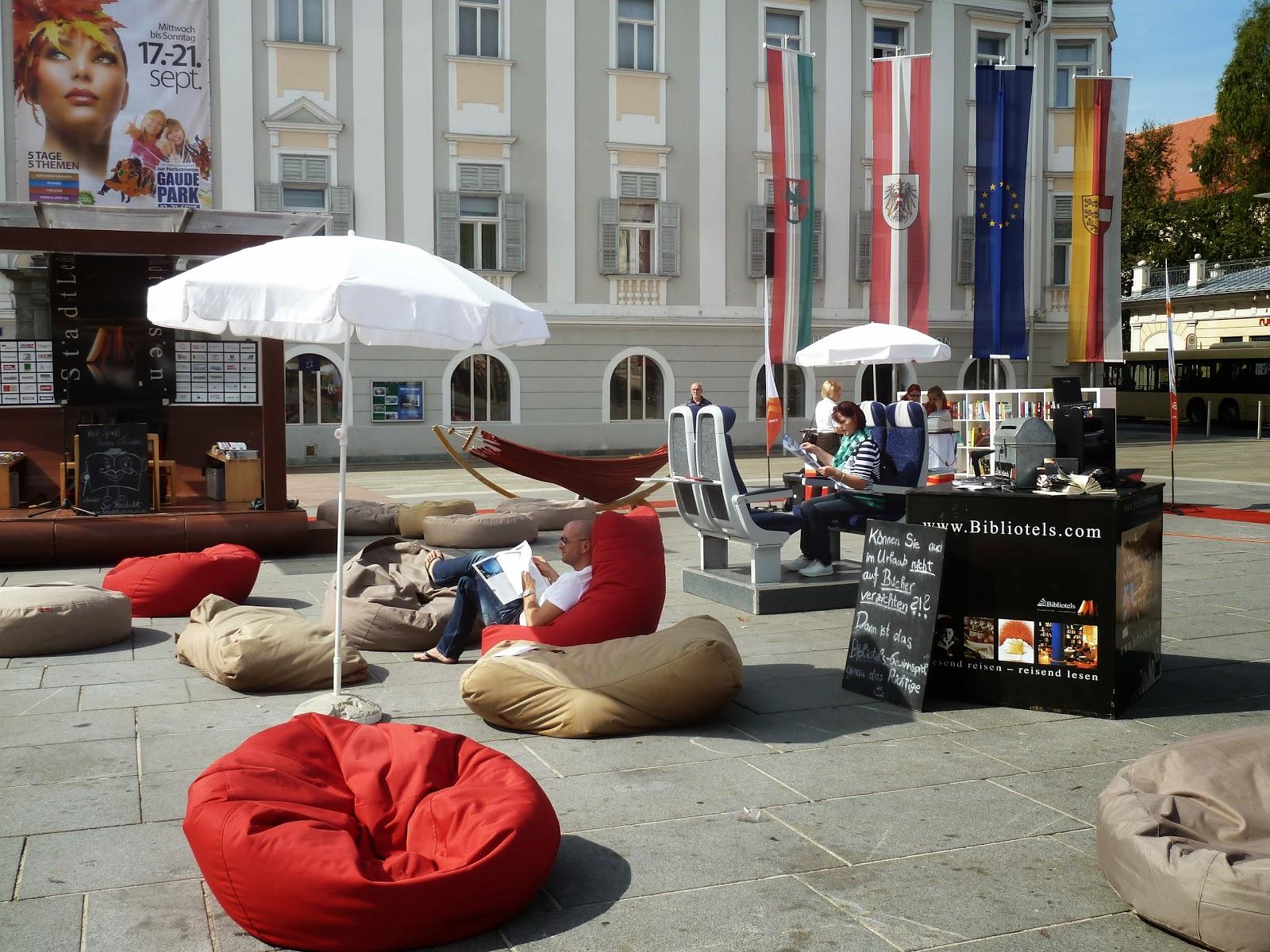 """6ecbc2eea Nos sorprende encontrar en la Plaza mayor """"Alte Platz"""" una especie de  biblioteca ambulante al aire libre, un grupo de hamacas, cojines gigantes,  ..."""