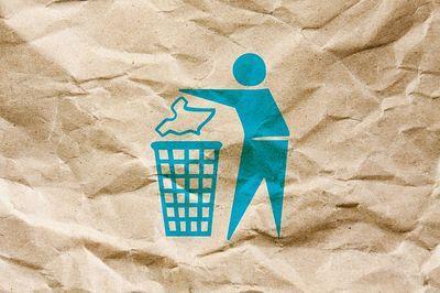 Membuang sampah sebagai cara mengajari anak untuk mulai peduli lingkungan