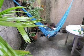Pedro na rede do nosso pequeno quintal