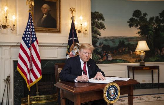 ترامب يمدد قرار وقف التأشيرات في الولايات المتحدة لمدة 3 أشهر أخرى