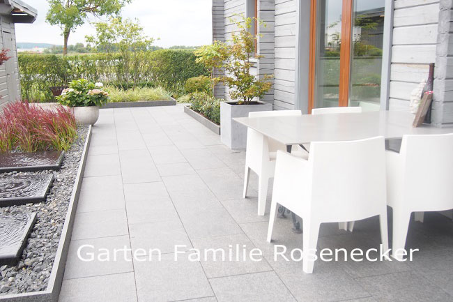 kleiner, pflegeleichter, moderner Garten mit Wasserspiel. Plattenbelag Basalt, moderne Pflanzplanung, Fernplanung Beispiel