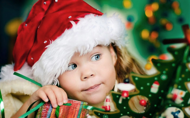 Kind met kerstmuts
