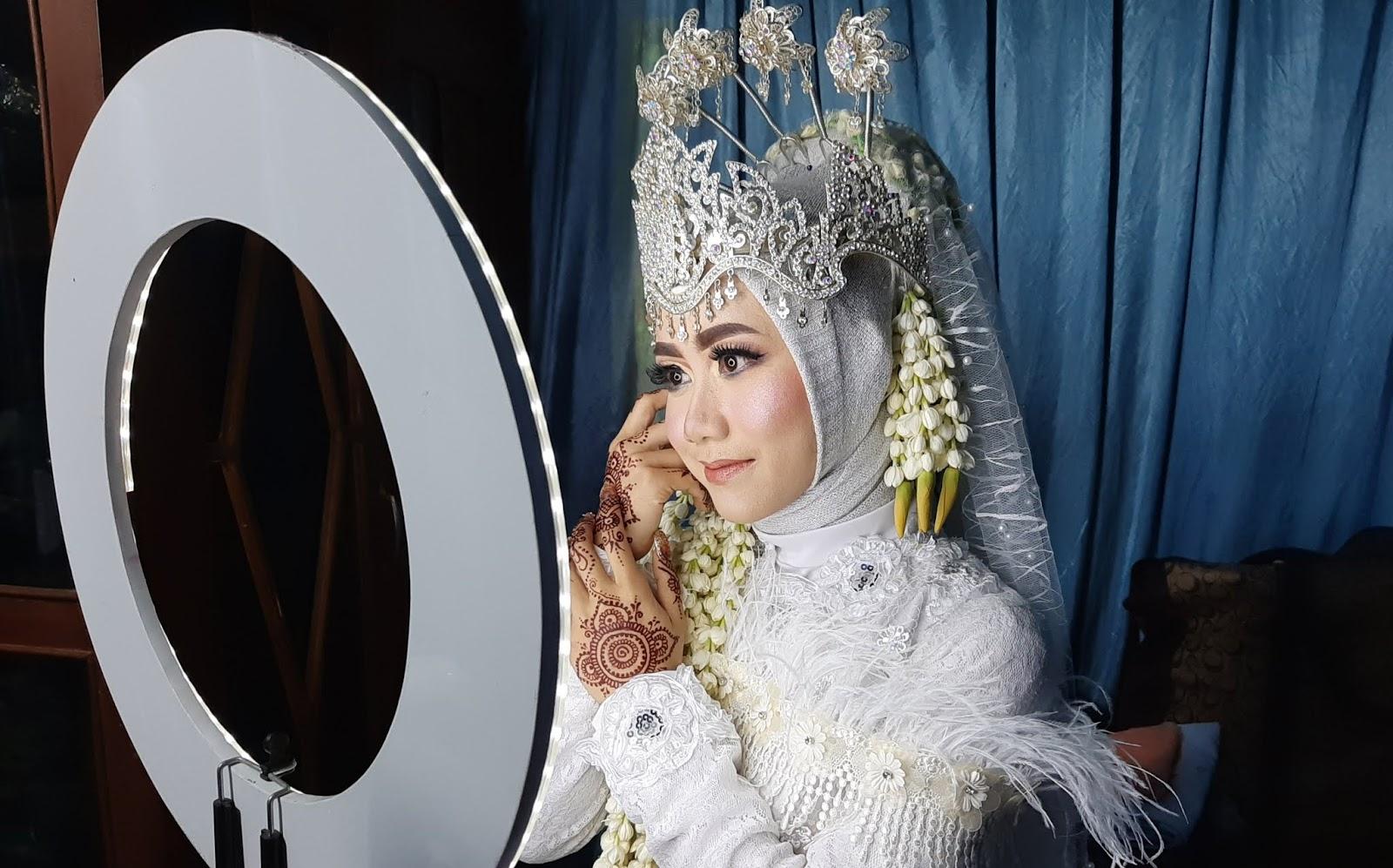 pengantin cantik dengan Lipstik LT Pro Lip Color Pallete