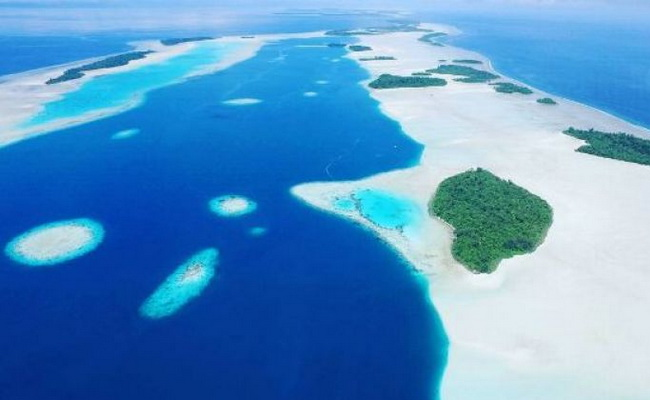 Xvlor.com Widi Islands is string of 99 small islands perfect place for snorkeling