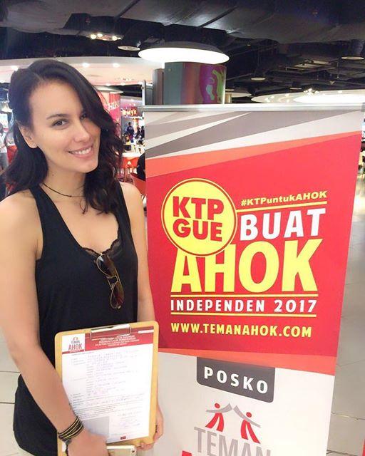 Sophia Latjuba Berpose Sexy di Samping Banner 'KTP Gue Buat Ahok Independen 2017'