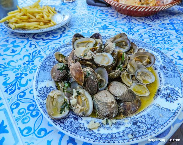 Ameijoas no restaurante Tapas e Buchas, em Vila Nova de Gaia, Portugal