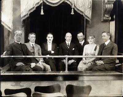 Чарли Чаплин и Эдна Первайэнс с посетителями студии Essanay