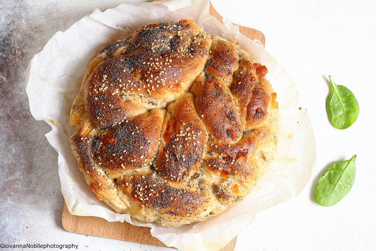 Treccia di pasta brioche con olive e emmentaler