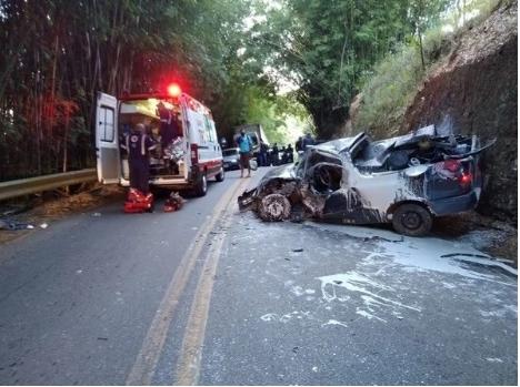 Acidente entre carreta e carros deixa dois feridos em estado grave