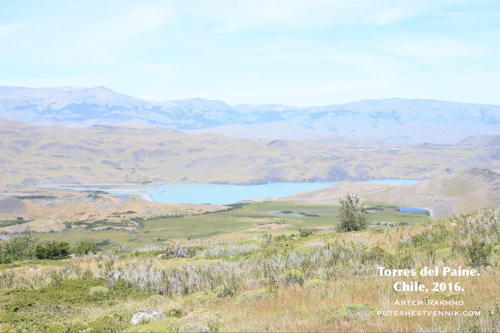 Озеро в низине в Торрес-дель-Пайне