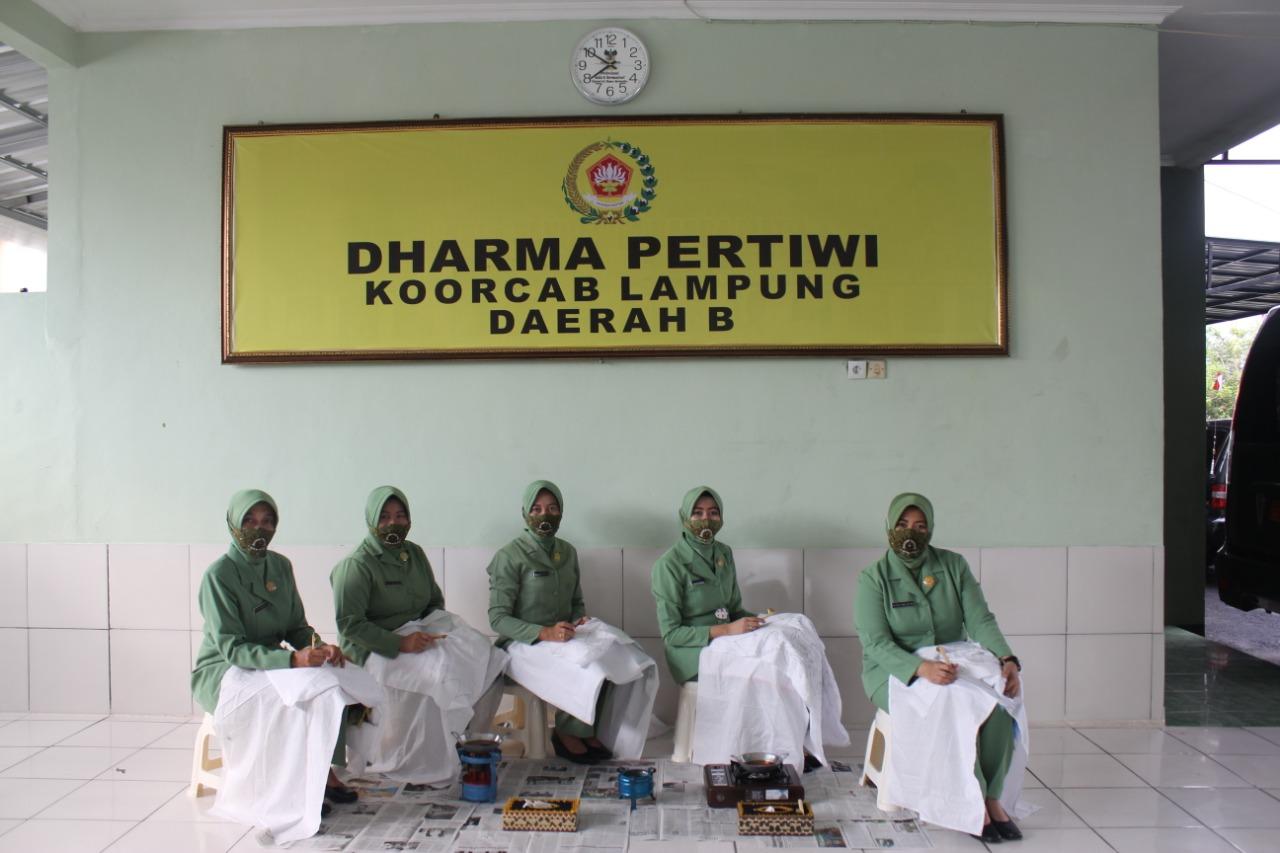 Ketua Persit Kartika Chandra Kirana Cabang XXX Dim 0410/KBL, Ny. Esa Romas Herlandes bersama pengurus mengikuti Pelatihan & Membatik bersama Dharma Pertiwi secara virtual
