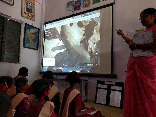 Schüler in Indien schauen auf eine Leinwand mit einem Google Earth Bild