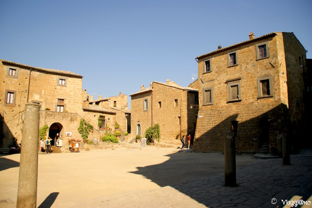 La Piazza centrale di Civita di Bagnoregio con la Chiesa e il palazzo Alemanni