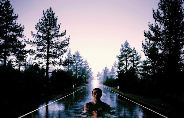 gambar seorang wanita sendirian di jalan