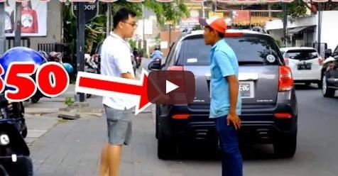 Diberi Uang Karena Jujur, Tukang Parkir Ini Melakukan Sesuatu Yang Luar Biasa Setelahnya
