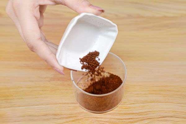 Mettez 1 cuillère à soupe de café moulu dans un bol