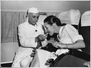जवाहर लाल नेहरू और एक अंग्रेज पायलट की पत्नी हवाई जहाज में सिगरेट पीते हुवे