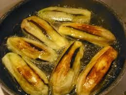 Aubergines frying