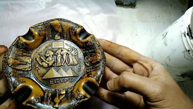 قطعة من البوليستر عليها صبغة خشب يعطيها تأثير قديم