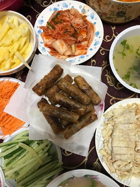 Biệt đội gói Nem siêu đẳng RUDN chuẩn bị cho Tuần lễ văn hóa Việt Nam tại trường