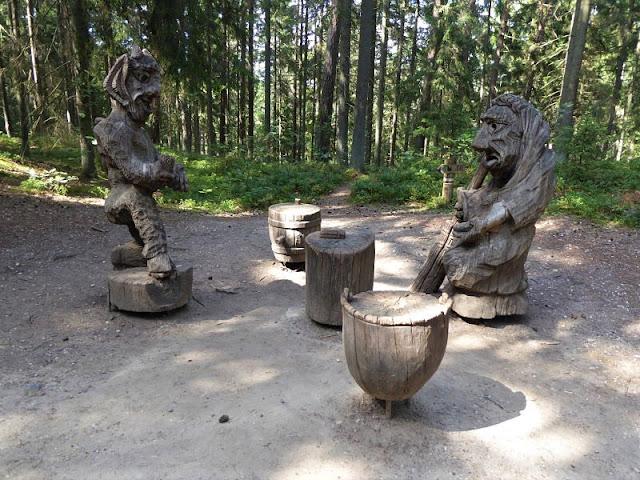 statue nella collina delle streghe