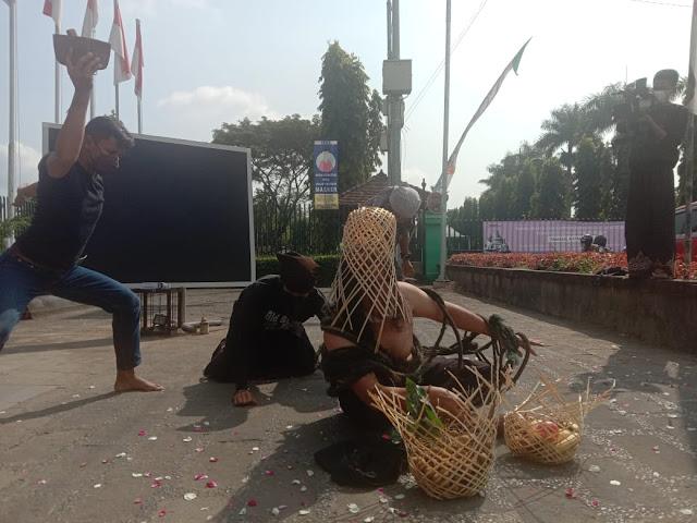 Caption: Sejumlah seniman dari KSBI menyuguhkan performance art berjudul 'entah' di depan pintu masuk obyek wisata Candi Borobudur, Kabupaten Magelang, Jawa Tengah, Senin (17/5/2021). Foto: Istimewa