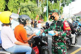 Komandan Kodim 0719 Jepara Bersama Kapolres Jepara Bagikan Takjil Dan Masker Gratis